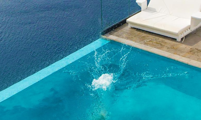 Santorini Secret Suites & Spa jump in the pool