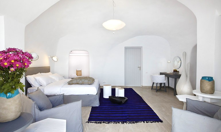 Santorini Secret Suites & Spa Premium suite with outdoor jacuzzi and Caldera view