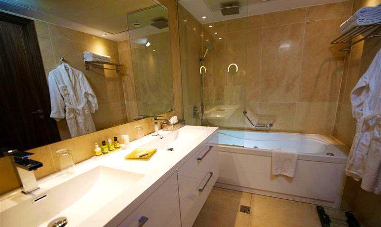 Adams Beach Hotel Deluxe Wing bathroom
