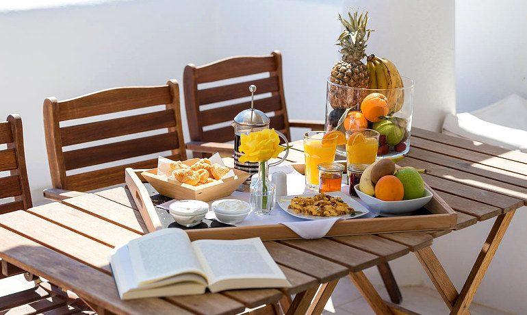 La Perla Villas & Suites breakfast