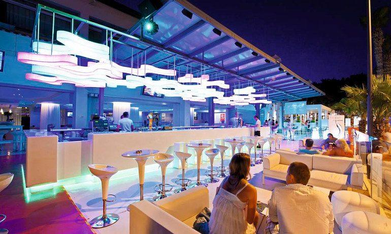 Napa Plaza Hotel night bar