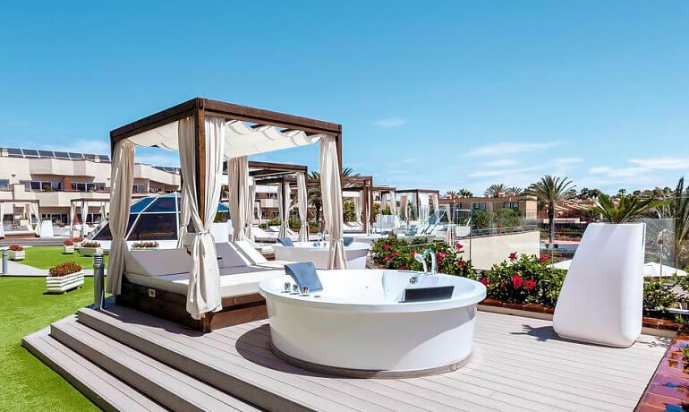 Barceló Corralejo Bay outdoor jacuzzi with sunbeds