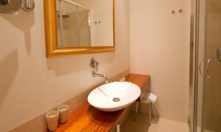 Villa Paola deluxe room bathroom