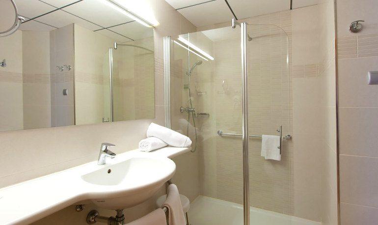 Riviera Beachotel bathroom