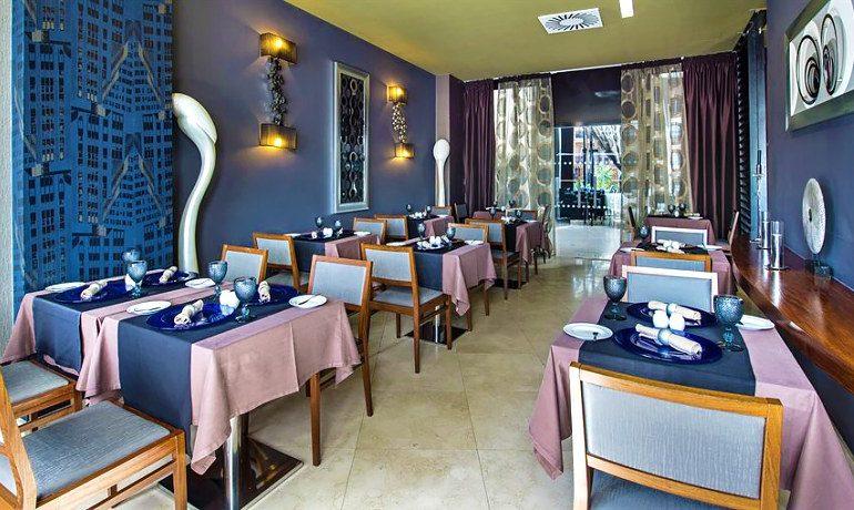 Aqua Pedra Dos Bicos restaurant tables