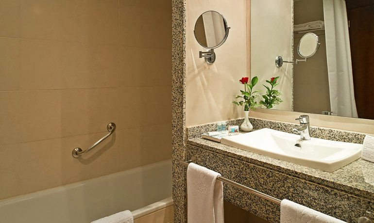 Hipotels Mediterraneo bathroom