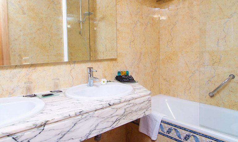 Vanity Hotel Golf bathroom