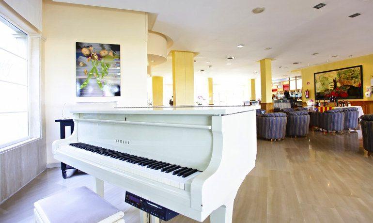 Vanity Hotel Golf piano bar bluemoon