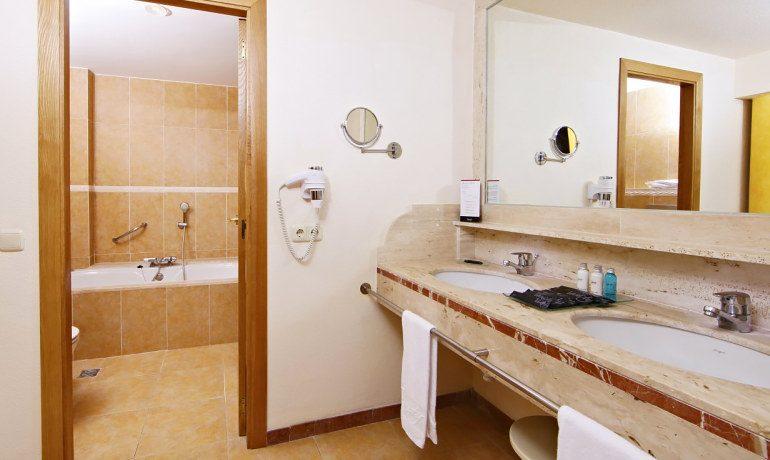 Vanity Hotel Suite & Spa bathroom