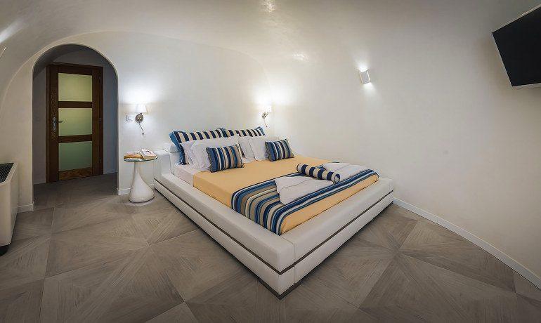 Elite Luxury Suites Santorini presidential- suite bedroom