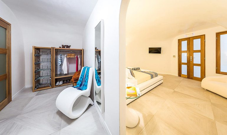 Elite Luxury Suites Santorini presidential suite wardrobe