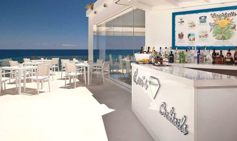 Lani's Suites de Luxe hotel bar