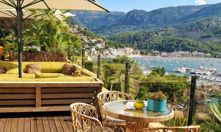 Bikini Island & Mountain hotel lounge